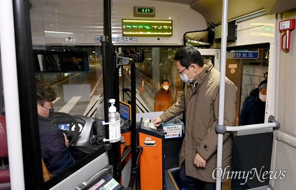 박남춘 인천시장이 11월 27일 중구 영종역에서 첫 운행을 시작한 '인천e음버스' 13번 버스 첫차에 탑승하고 있다.