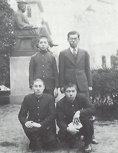 일본 유학시절의 노상도 형제.  오른쪽 앉은 이가 노현섭, 그 뒤가 노상도.