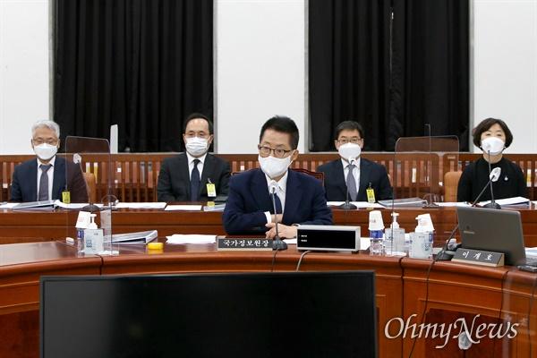 박지원 국가정보원장이 27일 국회에서 열린 정보위원회 전체회의에 출석하고 있다.