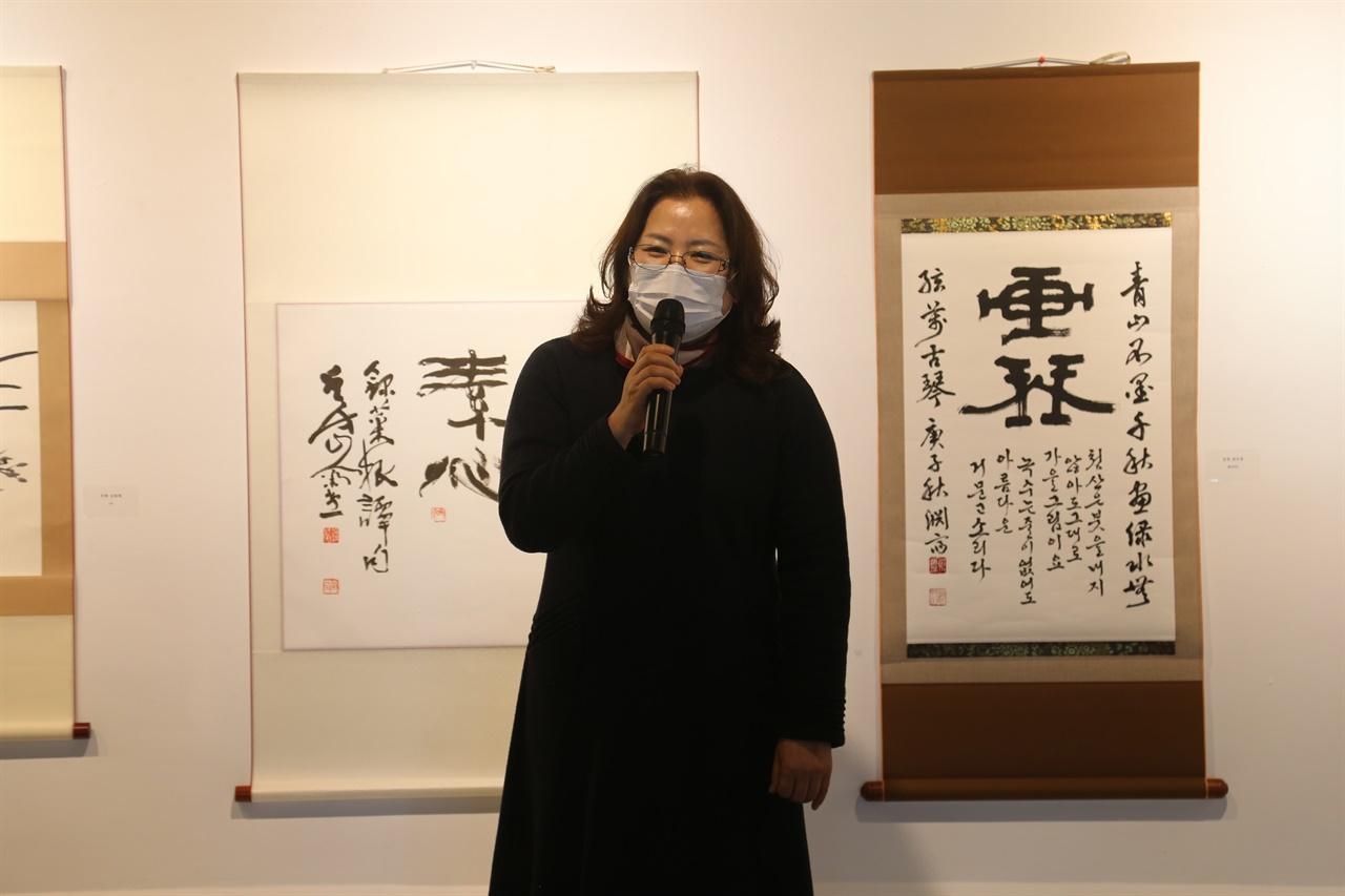 다원갤러리가 초대전 여묵상우 제4회전을 지난 26일부터 오는 12월 2일까지 개최한다. 다원갤러리 김용남 대표가 인사말을 전하고 있다.