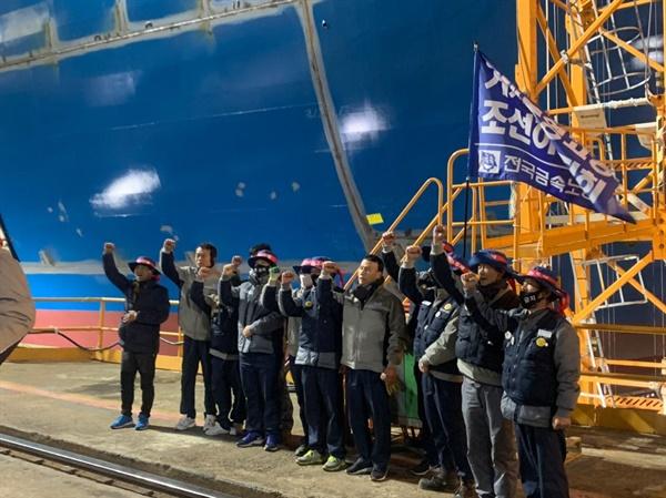 대우조선해양 하청업체 노동자 2명이 25일부터 타워크레인에서 고공농성하다 합의를 한 뒤, 27일 오후 내려왔다.