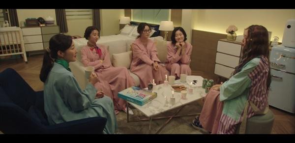 드라마 마지막회. 모여 앉아 '자신의 이야기'를 나누는 엄마들. 드라마 초반 '모성신화'를 좇던 엄마들은 이제 각자 자신의 삶을 바라보고 나누며 다양한 모성을 서로 존중해준다.