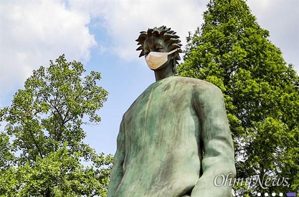 영남대에 있는 마스크를 쓴 거인상.