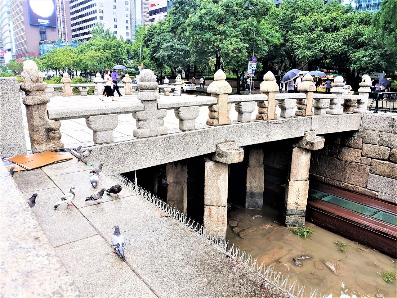 광교 전경 길이(12m) 보다 폭(15m)이 더 넓은 다리다. 청계천을 대표하는 다리로, 1410년 태종 이방원이 축조하였다. 1958년 청계고가도로를 만들면서 매몰되었다가, 2005년 다시 빛을 보았다. 원래 위치에서 상류로 155m 옮겨 보행자전용으로만 사용 중이다.