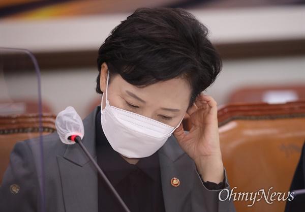 김현미 국토교통부 장관이 30일 오전 서울 여의도 국회에서 열린 국토교통위원회 전체회의에서 생각에 잠겨 있다.