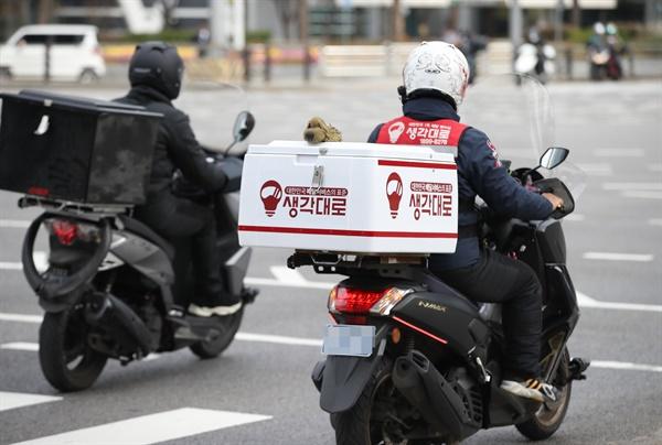수도권 사회적 거리 두기가 2단계로 격상된 24일 점심시간에 서울 삼성역 인근에서 배달직원이 분주하게 이동하고 있다. 2020.11.24