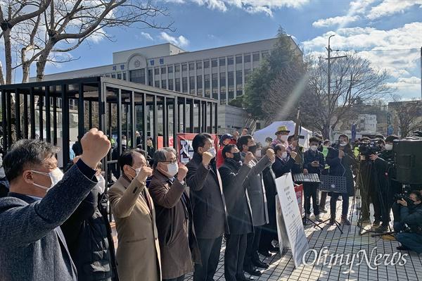 30일 전두환씨의 사자명예훼손 혐의 1심 선고재판가 진행되는 광주지방법원 앞에서 전씨의 처벌을 요구하는 이들의 시위가 벌어졌다.