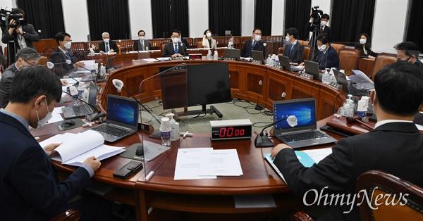 박지원 국가정보원장이 30일 국회에서 열린 정보위원회 전체회의에 출석, 회의 시작을 기다리고 있다.