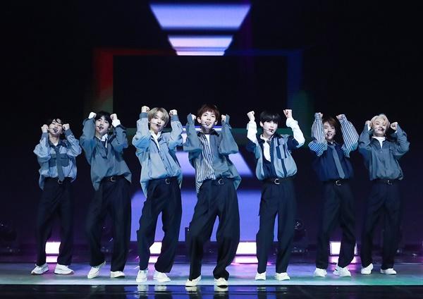 'ENHYPEN' 새로운 세상의 첫날 글로벌 아이돌 프로젝트 'I-LAND'의 최종 생존 멤버들인 정원, 희승, 제이, 제이크, 성훈, 선우, 니키 등 다국적 멤버 7인으로 구성된 그룹 ENHYPEN(엔하이픈)이 30일 오후 열린 데뷔 앨범 < BORDER : DAY ONE > 발매 온라인 미디어 쇼케이스에서 수록곡 'Let Me In (20 CUBE)'을 선보이고 있다. 팀명 'ENHYPEN'은 붙임 기호 하이픈이 뜻하는 것처럼, 서로 다른 환경에서 다른 삶을 살아온 7명의 소년들이 연결되어 서로를 발견하고 함께 성장한다는 의미를 담고 있으며 음악을 통해 사람과 사람, 세계와 세계를 잇겠다는 포부를 내세우고 있다.