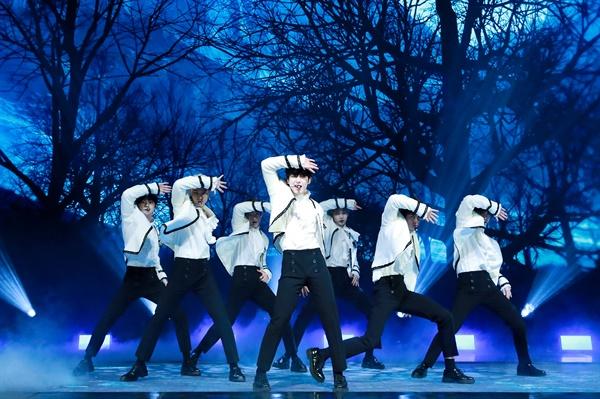 'ENHYPEN' 서정성 짙은 데뷔 글로벌 아이돌 프로젝트 'I-LAND'의 최종 생존 멤버들인 정원, 희승, 제이, 제이크, 성훈, 선우, 니키 등 다국적 멤버 7인으로 구성된 그룹 ENHYPEN(엔하이픈)이 30일 오후 열린 데뷔 앨범 < BORDER : DAY ONE > 발매 온라인 미디어 쇼케이스에서 타이틀곡 'Given-Taken'을 선보이고 있다. 팀명 'ENHYPEN'은 붙임 기호 하이픈이 뜻하는 것처럼, 서로 다른 환경에서 다른 삶을 살아온 7명의 소년들이 연결되어 서로를 발견하고 함께 성장한다는 의미를 담고 있으며 음악을 통해 사람과 사람, 세계와 세계를 잇겠다는 포부를 내세우고 있다.