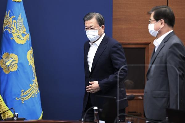 문재인 대통령이 30일 청와대에서 열린 수석·보좌관 회의에 참석하고 있다. 오른쪽은 서훈 국가안보실장.
