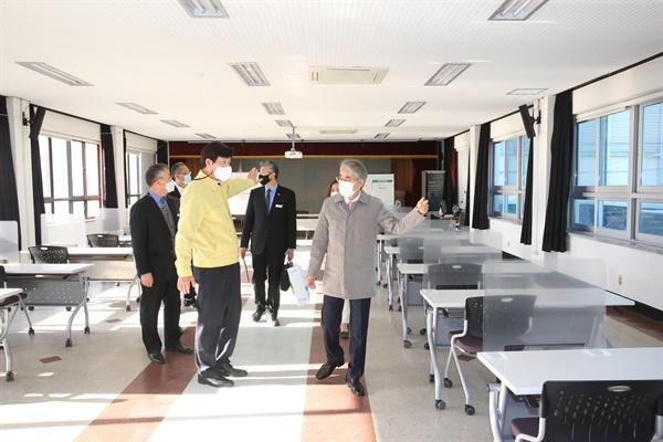 박종훈 경상남도교육감은 11월 30일 창원진해 지역의 대학수학능력시험장을 찾아 점검했다.