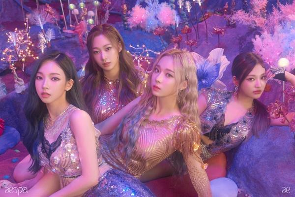 11월 17일 데뷔곡 '블랙 맘바'로 데뷔한 SM엔터테인먼트의 새 걸그룹 에스파는 현실 세계와 가상 세계를 오가는 독특한 콘셉트로 주목받았다.