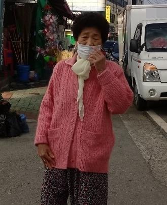 증언자 김경예. 김씨가 서있는 곳인 70년 전 엄마와 오빠가 학살된 현장이다.
