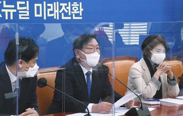 더불어민주당 김태년 원내대표가 1일 국회에서 열린 원내대책회의에서 발언하고 있다.