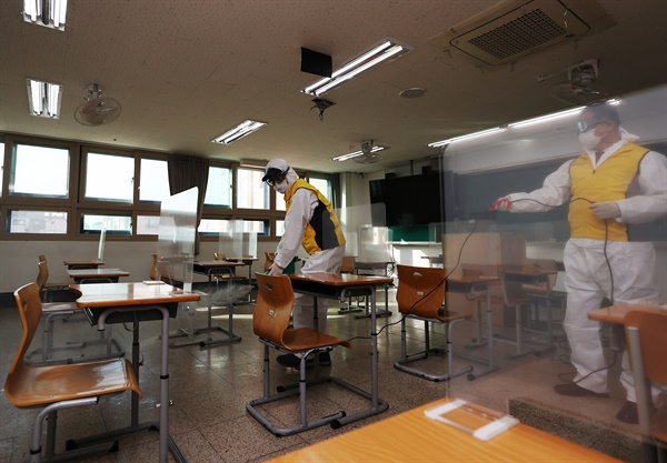 수능 이틀 앞두고 방역 '비상' 2021 대학수학능력시험이 치러질 양천구 영상고등학교에 방역 관계자들이 시험실 소독을 하고 있다.