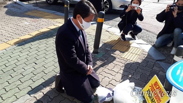 김종철 정의당 대표가 1일 오후 수성구의 현장을 찾아 지난달 6일 음주운전 차량에 숨진 환경미화원을 추모하며 무릎을 꿇고 헌화했다.