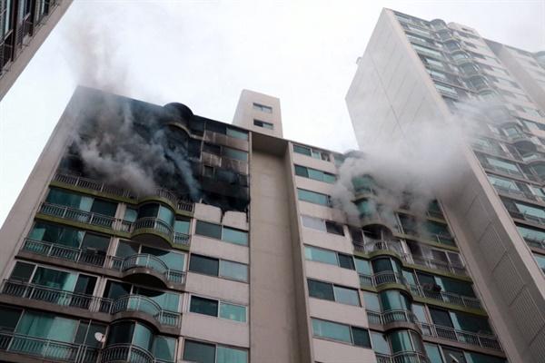1일 오후 4시 37분께 경기 군포시 산본동 25층짜리 아파트 12층에서 불이 나 신고를 받고 출동한 소방당국에 의해 30여분만에 꺼졌다.