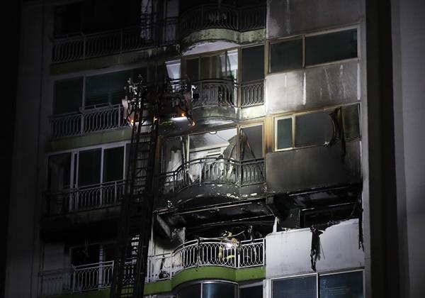 1일 오후 4시 37분께 경기도 군포시 산본동의 한 아파트 12층에서 불이 나 소방당국에 의해 30여분만에 꺼졌다.