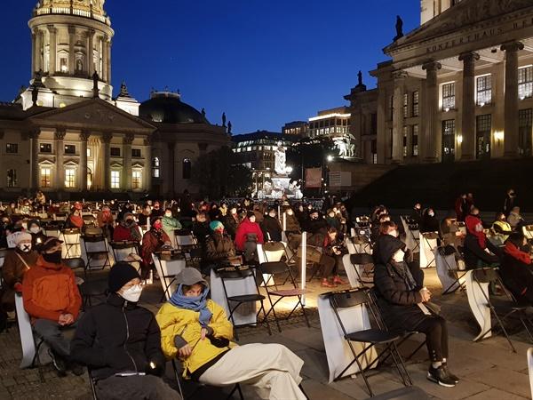 '소녀상 지키기' 집회 나선 베를린 시민들 지난 11월 25일(현지시간) 추운 날씨에도 독일 베를린 젠다르멘마르크트 광장에서 시민들이 소녀상 지키기 집회를 하고 있다. 베를린 평화의 소녀상은 현재 공식적으로 철거 명령이 유보된 상태다. 2020.11.26