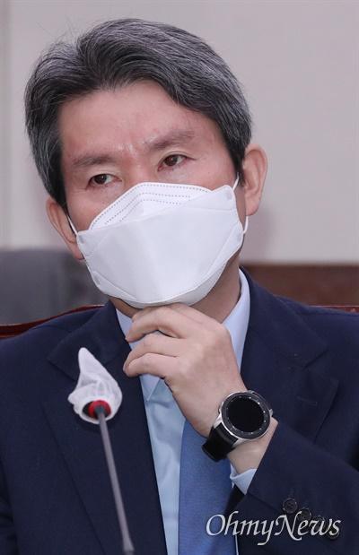 이인영 통일부 장관이 2일 서울 여의도 국회에서 열린 외교통일위원회 전체회의에 출석하고 있다.