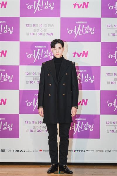 2일 오후 진행된 tvN 새 수목 드라마 <여신강림> 제작발표회에서 배우 차은우가 카메라를 향해 포즈를 취하고 있다.