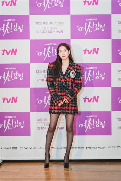 2일 오후 진행된 tvN 새 수목 드라마 <여신강림> 제작발표회에서 배우 문가영이 카메라를 향해 포즈를 취하고 있다.