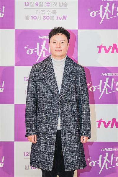 2일 오후 진행된 tvN 새 수목 드라마 <여신강림> 제작발표회에서 김상협 감독이 카메라를 향해 포즈를 취하고 있다.