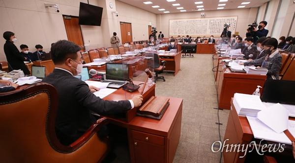 2일 국회 법제사법위원회 '중대재해법 제정에 대한 공청회'가 국민의힘 법사위원 전원이 불참한 가운데 열리고 있다.