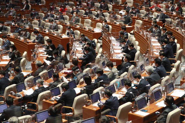 2일 오후 국회 본회의장에서 2021년도 예산안 등 처리를 위한 본회의가 열리고 있다.
