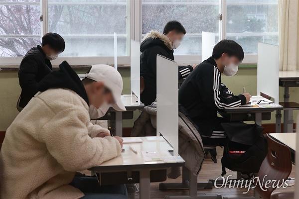 2021학년도 대학수학능력시험일인 3일 오전 서울 서초구 서초고등학교에 마련된 수능 고사장에서 수험생들이 시험 시작을 기다리고 있다.