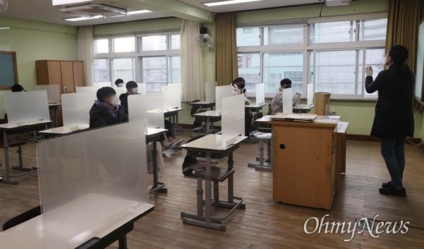 2021학년도 대학수학능력시험(수능)일인 3일 오전 서울 서초구 서초고등학교에 마련된 수능 고사장에서 수험생들이 시험 시작을 기다리고 있다.