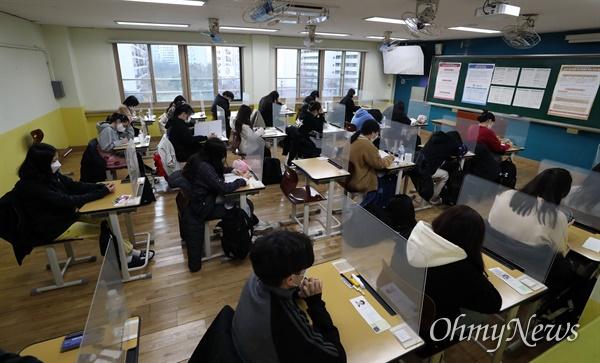 2021학년도 대학수학능력시험일인 3일 오전 서울 영등포구 여의도여자고등학교에 마련된 시험장에서 수험생들이 시험 시작을 기다리고 있다.