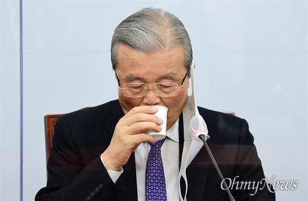 국민의힘 김종인 비상대책위원장이 3일 국회에서 열린 비상대책위원회의에서 물을 마시고 있다.