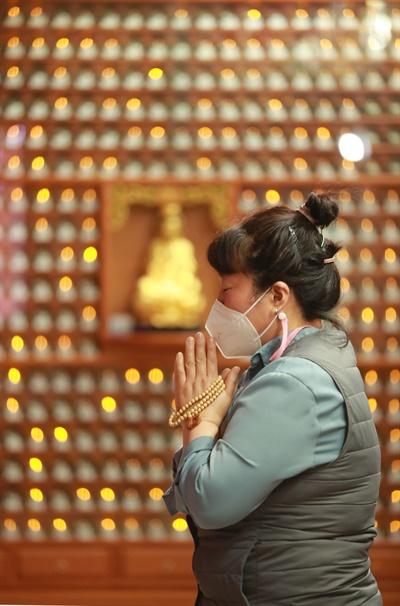 함양 금선사 법당의 수험생 어머니 기도.
