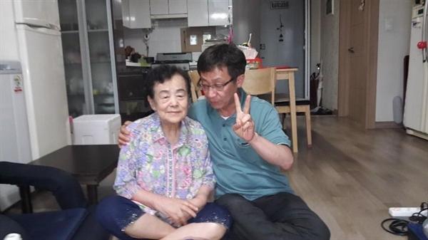 고대 막걸리집 '고모집' 고모와 필자 권무혁씨.