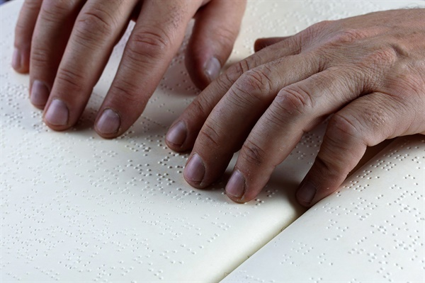 점자는 약 1.5㎜의 양각 점 여섯 개로 구성되어 손으로 읽는 문자이다. 점자는 세로 6㎜ 가로4㎜ 정도로 그 크기가 고정되어 있다.