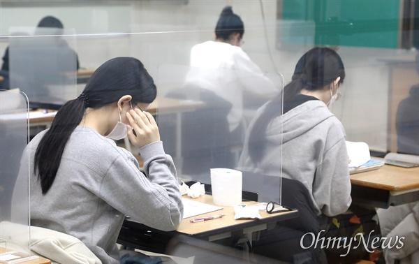 3일 치러진 2021학년도 대학수학능력시험 수험장 내 사진(장소:대전 괴정고등학교).