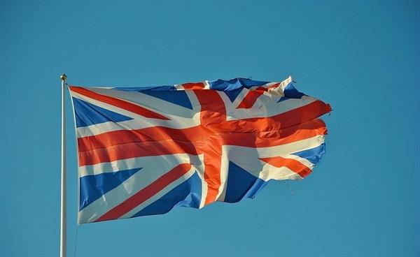 이동인은 영국 제국주의의 마성을 궤뚫어 보고 있었습니다.