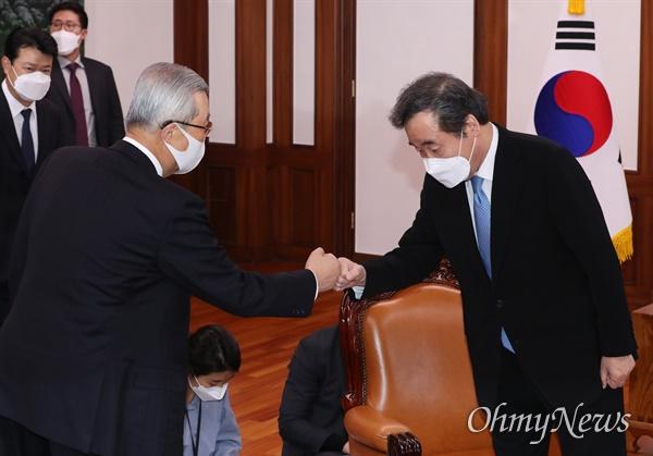 더불어민주당 이낙연 대표(오른쪽)와 국민의힘 김종인 비상대책위원장이 4일 오후 국회 의장실에서 박병석 의장 주재로 열린 교섭단체 정당대표 회동에서 인사하고 있다.