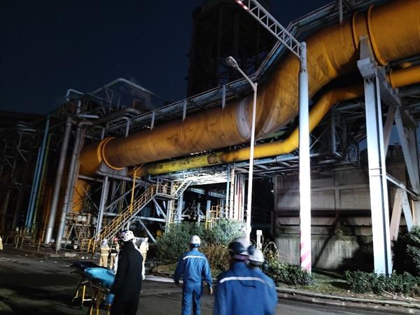 11월 24일 오후 전남 광양시 금호동 포스코 광양제철소에서 고압산소 취급 중 폭발 사고가 발생해 3명이 숨졌다. 현장에 출동한 소방대원들이 구조 작업을 하고 있다.
