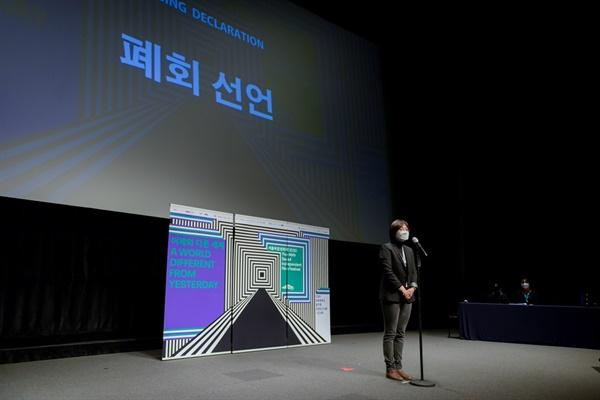 2020 서울독립영화제 폐회선언을 하고 있는 김동현 집행위원장