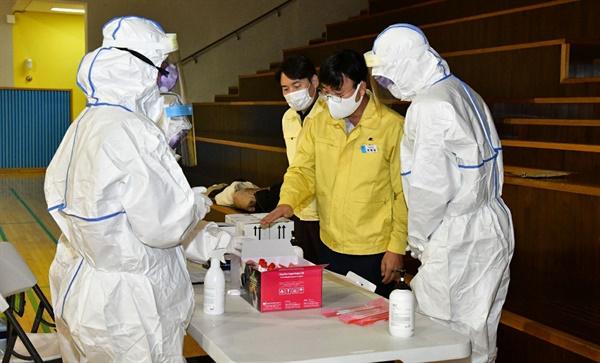 경남 거제에서 4~6일 사이 한 조선소 관련해서 코로나19 확진자가 발생한 가운데, 변광용 시장이 선별진료소를 찾아 점검하고 있다.