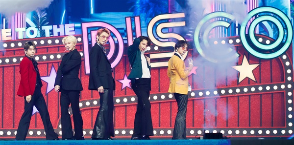 'MAMA' 투모로우바이투게더, 다함께 디스코 투모로우바이투게더가 6일 오후 열린 '2020 MAMA(Mnet ASIAN MUSIC AWARDS)'에서 공연을 하고 있다.