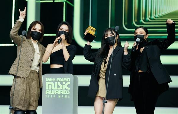 'MAMA' 마마무, 마마니까 마마무! 마마무가 6일 오후 열린 '2020 MAMA(Mnet ASIAN MUSIC AWARDS)'에서 수상소감을 말하고 있다.