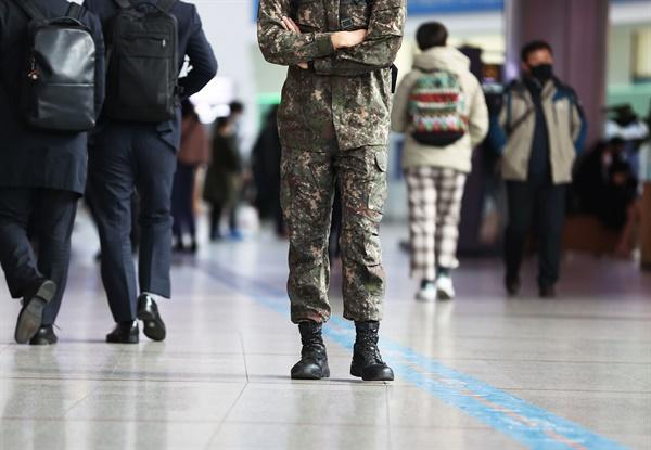 군부대에서 사상 최대 규모의 코로나19 집단 감염이 발생함에 따라 11월 27일부터 모든 장병의 휴가가 전면 통제된다. 사진은 지난 27일 오후 서울역에 군인이 지나가고 있는 모습.