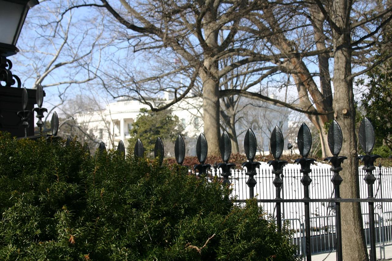 미국 워싱턴 D.C.의 백악관으로 당시 상공에는 무장 헬기가 계속 선회하고 있었다.