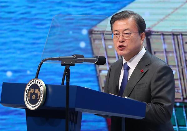 문재인 대통령이 8일 오전 서울 강남구 코엑스에서 열린 '제57회 무역의 날 기념식'에 참석해 축사를 하고 있다.