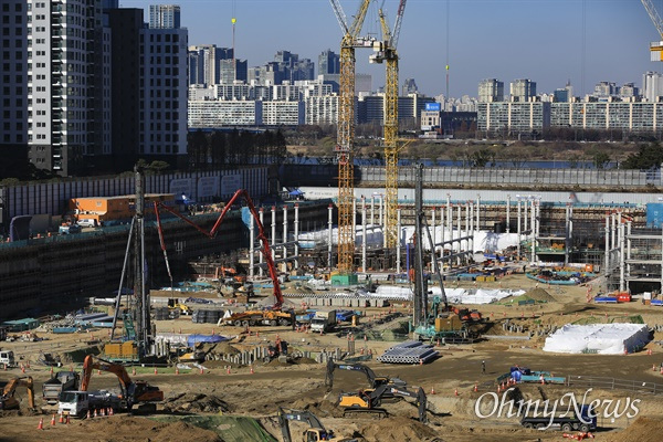 8일 오후 서울 서초구 신반포3차경남아파트 재건축 공사 현장. 이곳에는 23개동 2,990세대(지하 4층에서 최고 지상 35층) 규모의 대단지 아파트 '래미안 원베일리'가 들어설 예정이다.