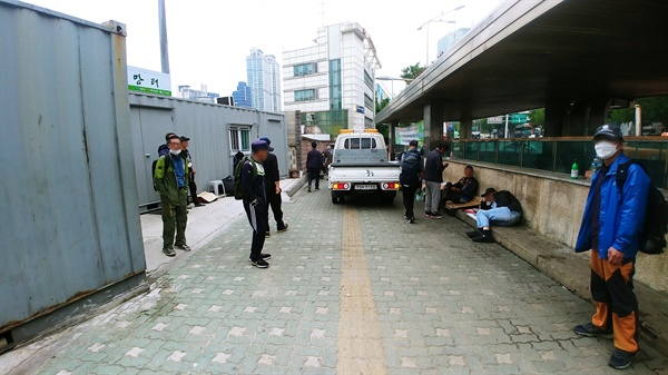 서울역 광장 내 거리홈리스의 물품을 임의철거하는 모습.